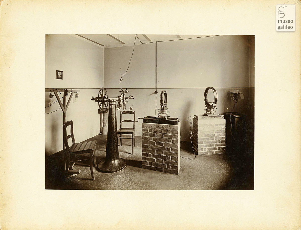 Equipment used to study astronomical photographic plates