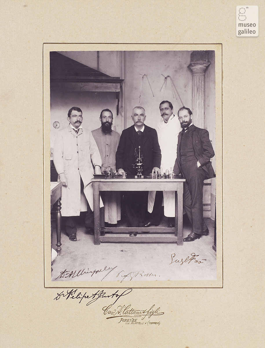 Roster (centre) in his laboratory with colleagues (1903)